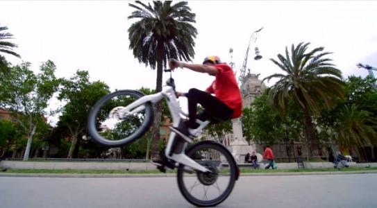 smart elektromos kerékpár BMX versenyzővel